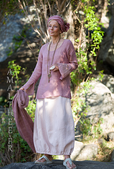 Our linen gauze top Anaïs with flared/slit sleeves (side slit on the hips) match perfectly with our pale rose linen skirt Zoé,