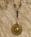 Collier: bronze martelé patiné, coquillages anciens,