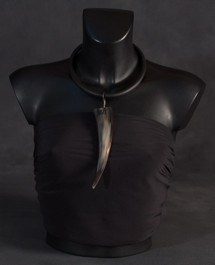 Ethnic necklace: zebu horn and rubber choker