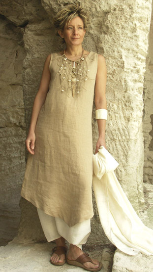 Beige linen tunic worn over a white sarouel