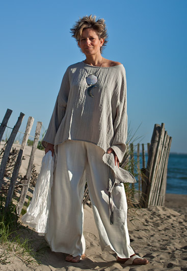 Loose fit: pale grey top made of mixed linen