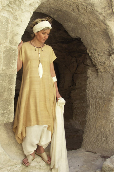 Tunic made of raw silk 'straw' color.