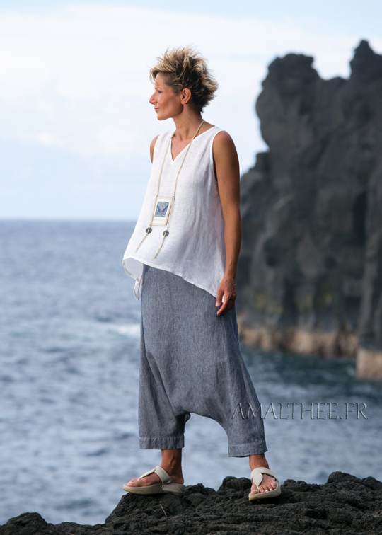 Sarouel denim en lin rayé et mini top en lin blanc Looks